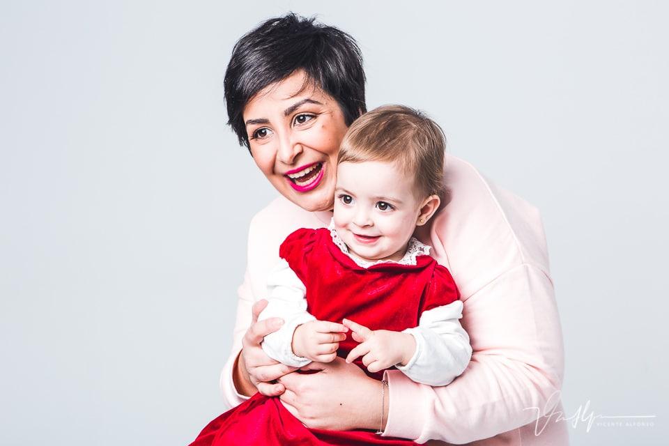 Fotografía de madre e hija en estudio
