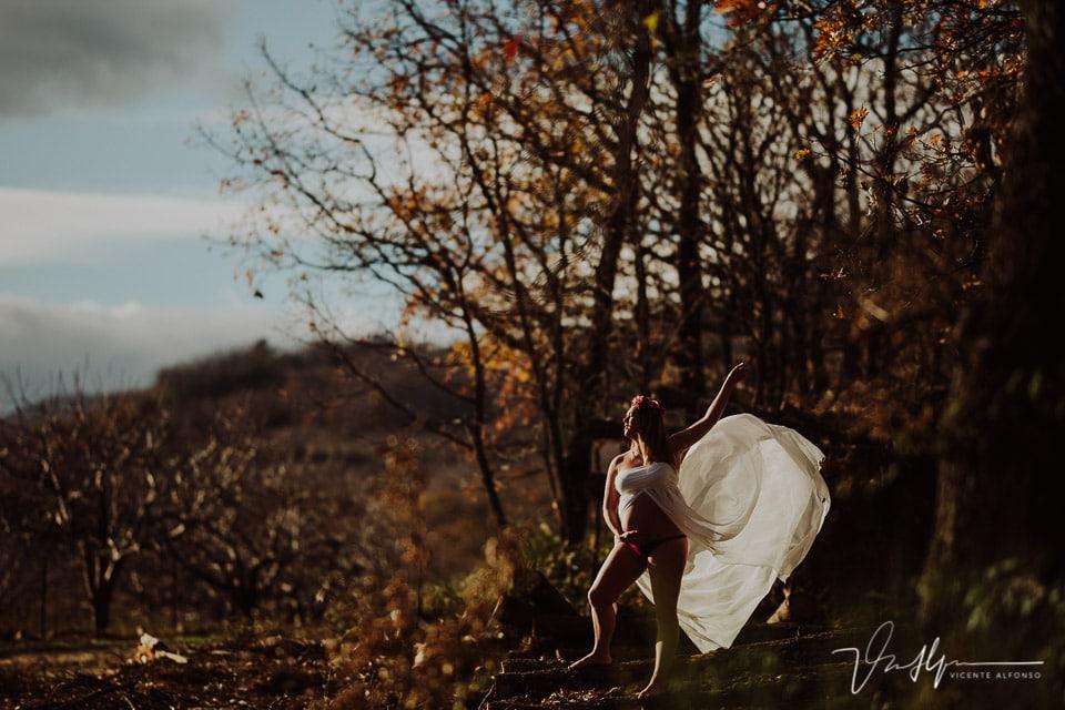 Embarazada levantando al vuelo su vestido en mitad de la Sierra de Jaraíz de la Vera