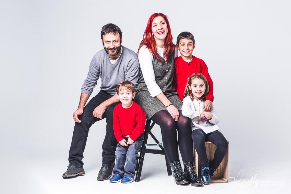 Fotografía familiar de 5 personas en estudio