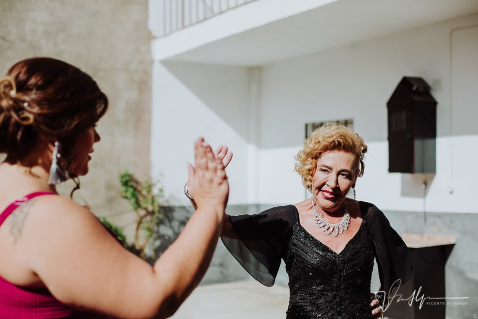 la madre de la novia saludando a una invitada