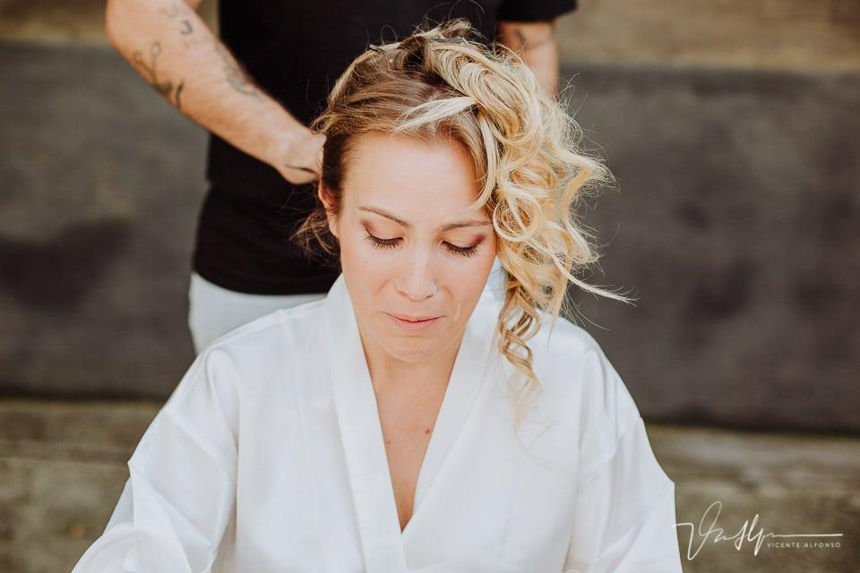 ajustando el peinado de la novia