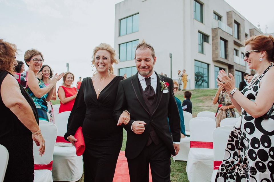 Madrina y el novio entrando en la ceremonia en el hote valles de gredos