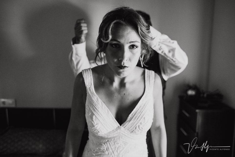 La novia preparándose el peinado