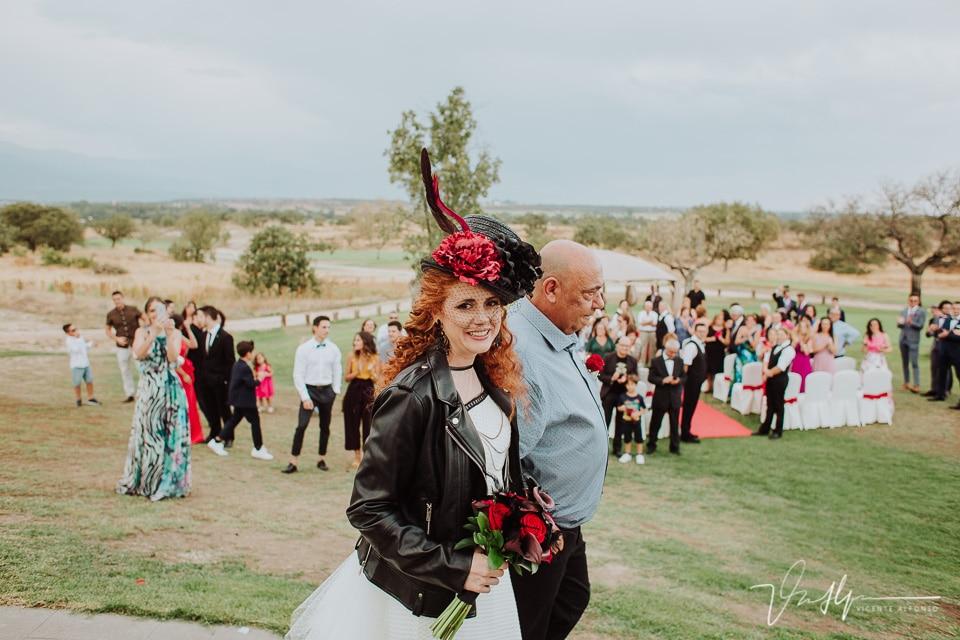 La novia entrando con el padrino en la ceremonia civil en el hotel valles de gredos