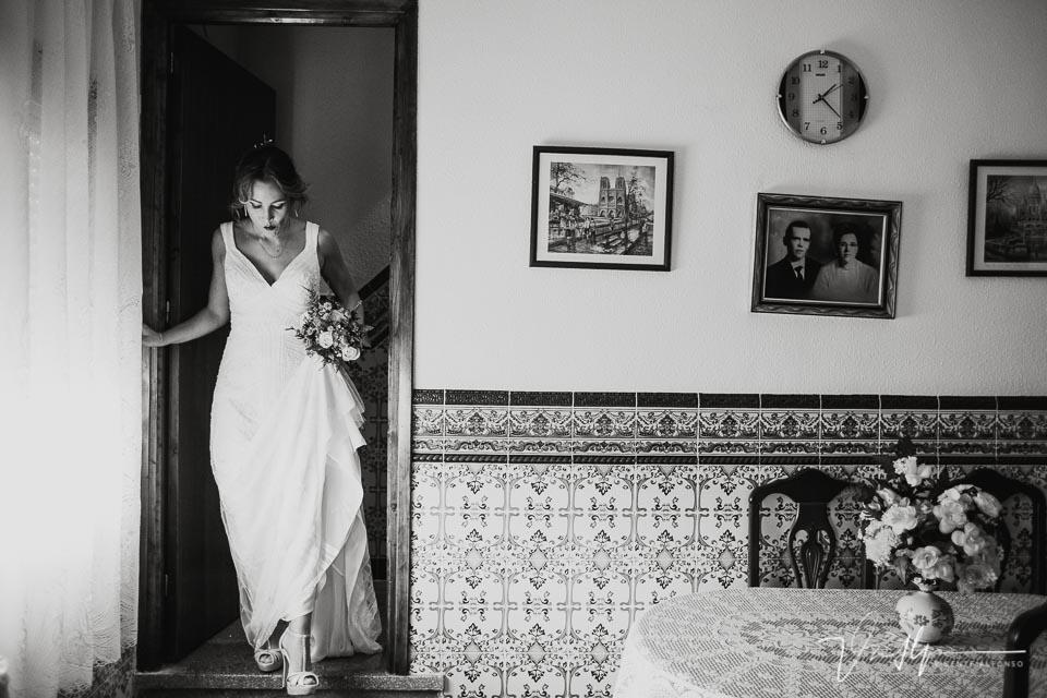 Novia cruzando el salón para ir a la ceremonia en la Finca el Torreón de las Veredillas
