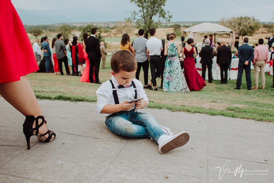 Bebé jugando con el móvil mientras los novios se casan