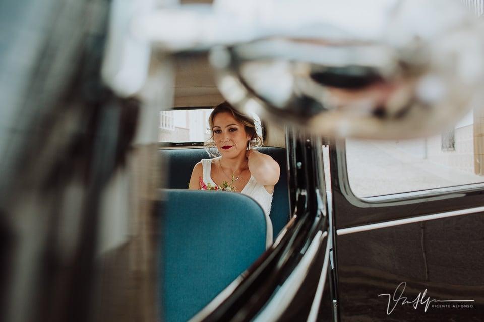 Novia preparándose para ir a la boda