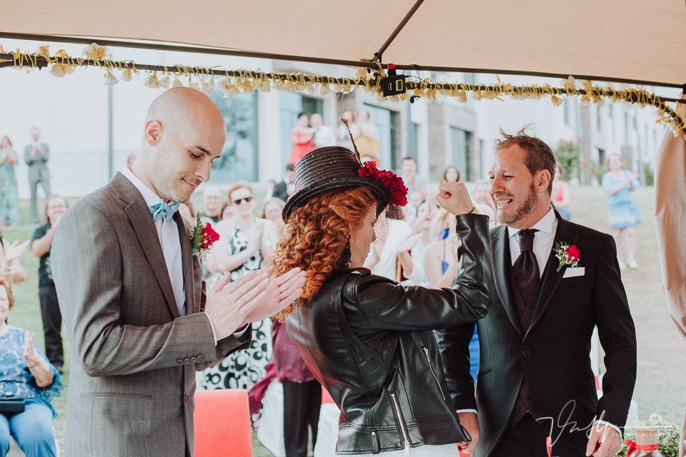 Los novios se casan y la novia lo celebra por todo lo alto