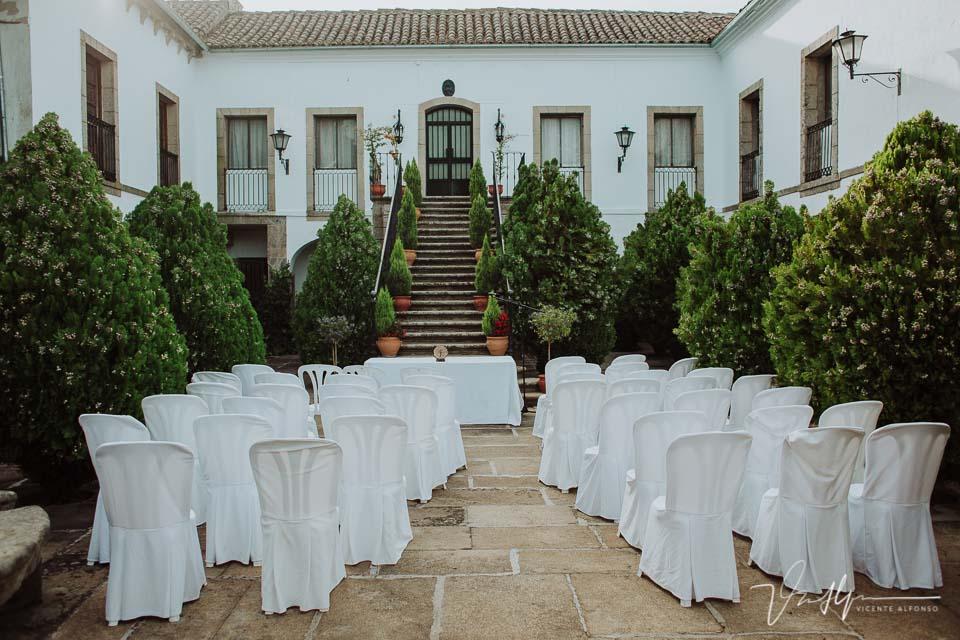 Vista de las mesas y sillas en la ceremonia de la boda en la Finca el Torreón de las Veredillas