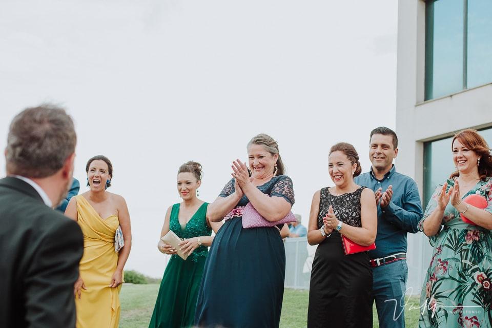 Amigos y familia felices al casarse