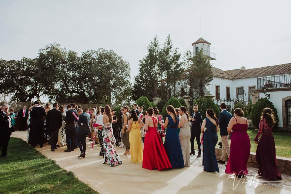 Invitados caminando hacia la ceremonia en la Finca el Torreón de las Veredillas