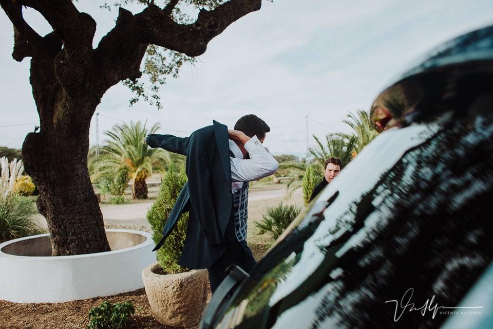 novio colocándose la chaqueta el llegar a la Finca el Torreón de las Veredillas