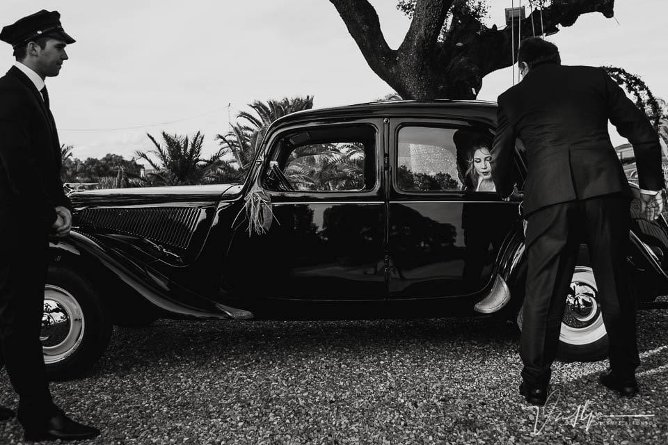 salida de la novia de un coche clásico a la llegada a la ceremonia en la Finca el Torreón de las Veredillas