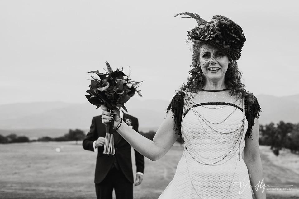 La novia tapando con el ramo al novio en el reportaje de boda