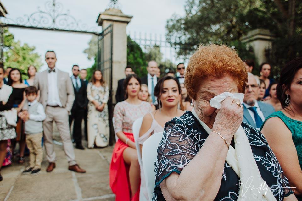 Abuela de la novia llorando en ceremonia