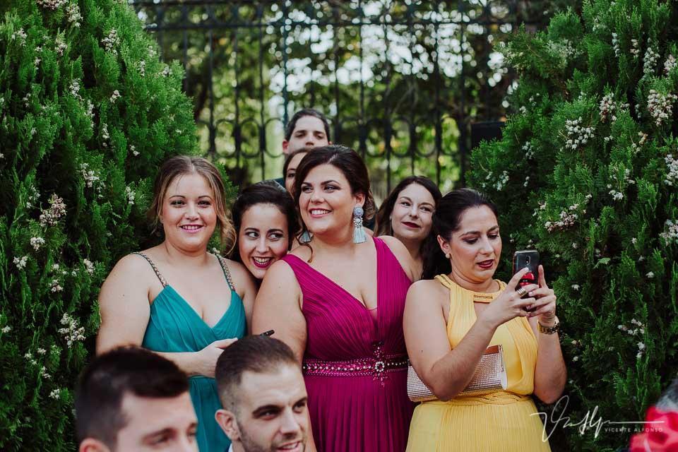 Amigas en la boda sonriendo