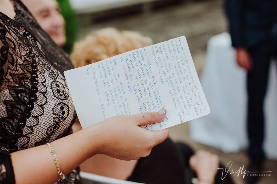 detalle hoja de lectura en la ceremonia de la boda