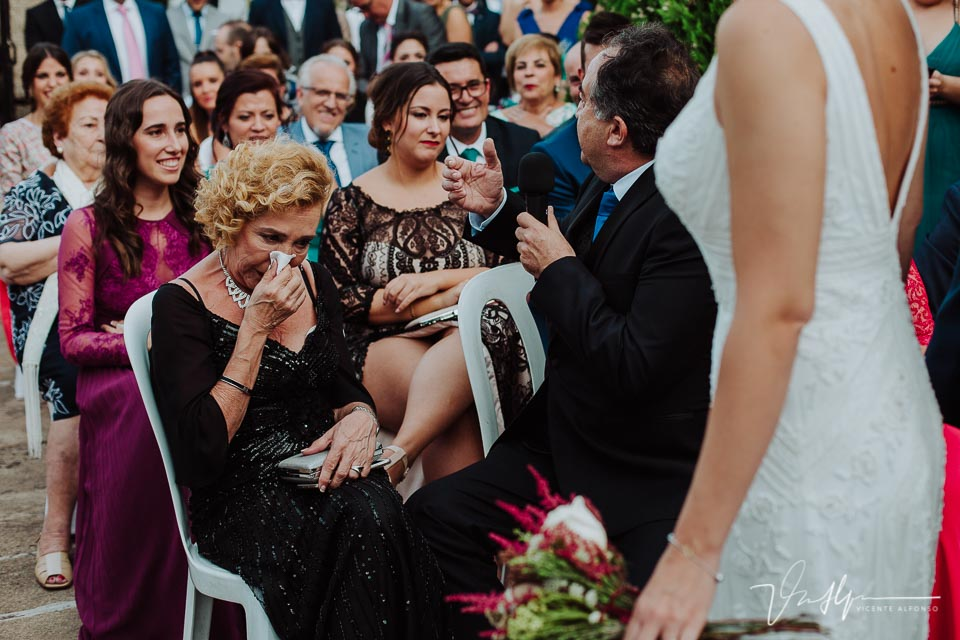 Madre de la novia llorando