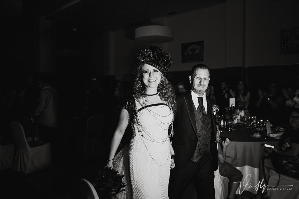 Novios casados entrando al banquete