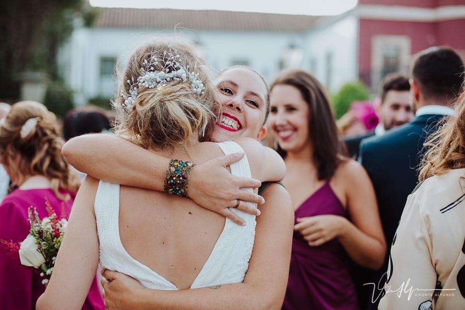 Abrazo de la amiga de la novia