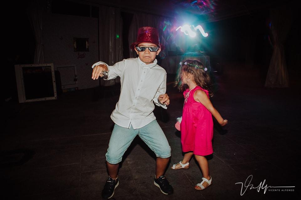 Niños bailando en la boda