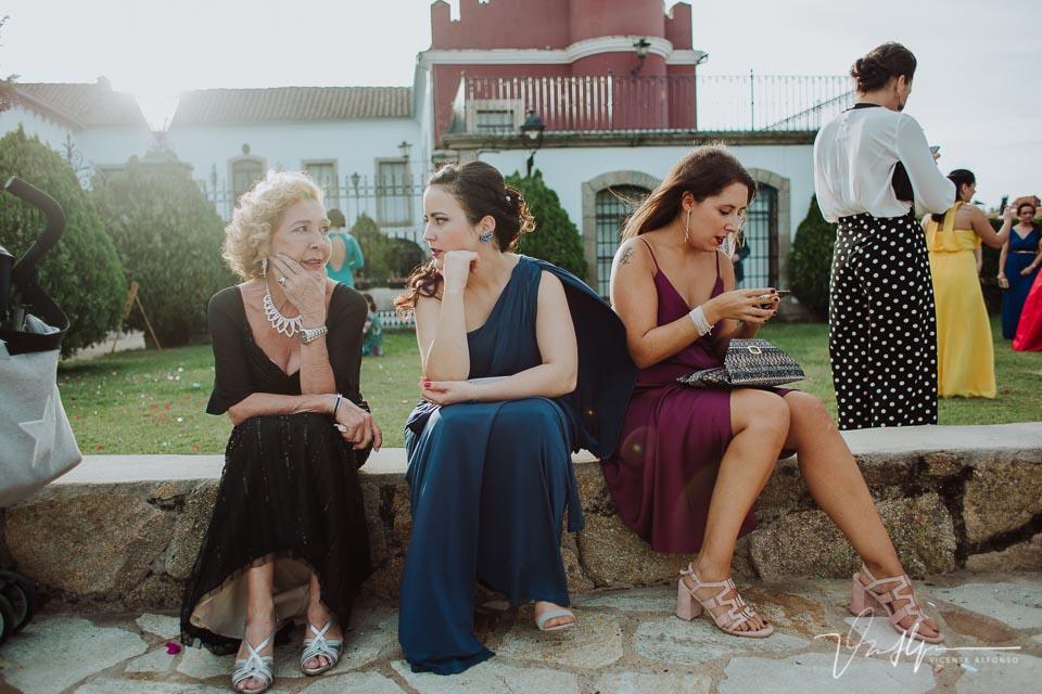 Invitados de la boda esperando a los novios