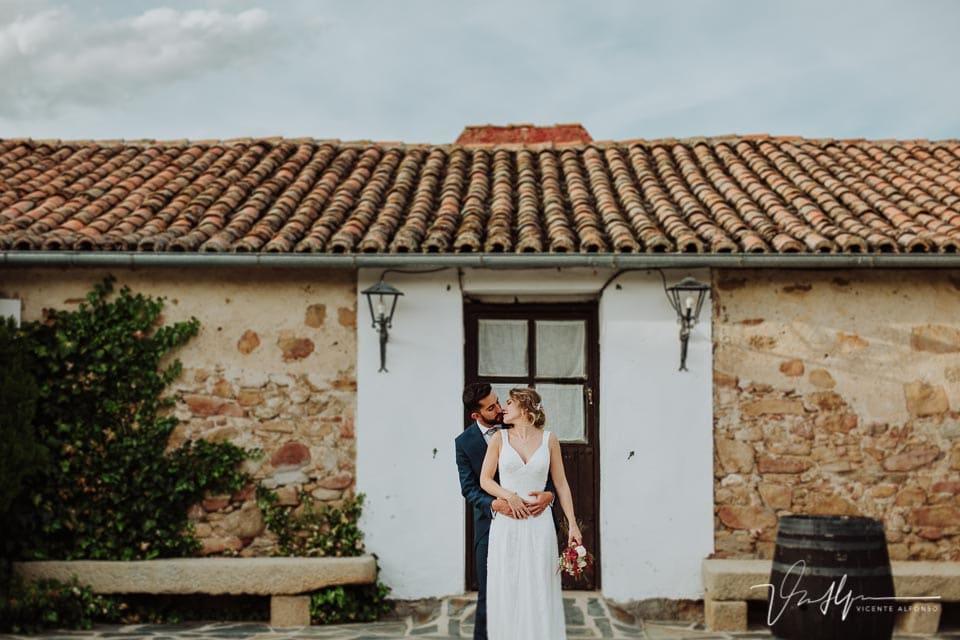 Beso de los novios en el reportaje de fotos en la Finca el Torreón de las Veredillas