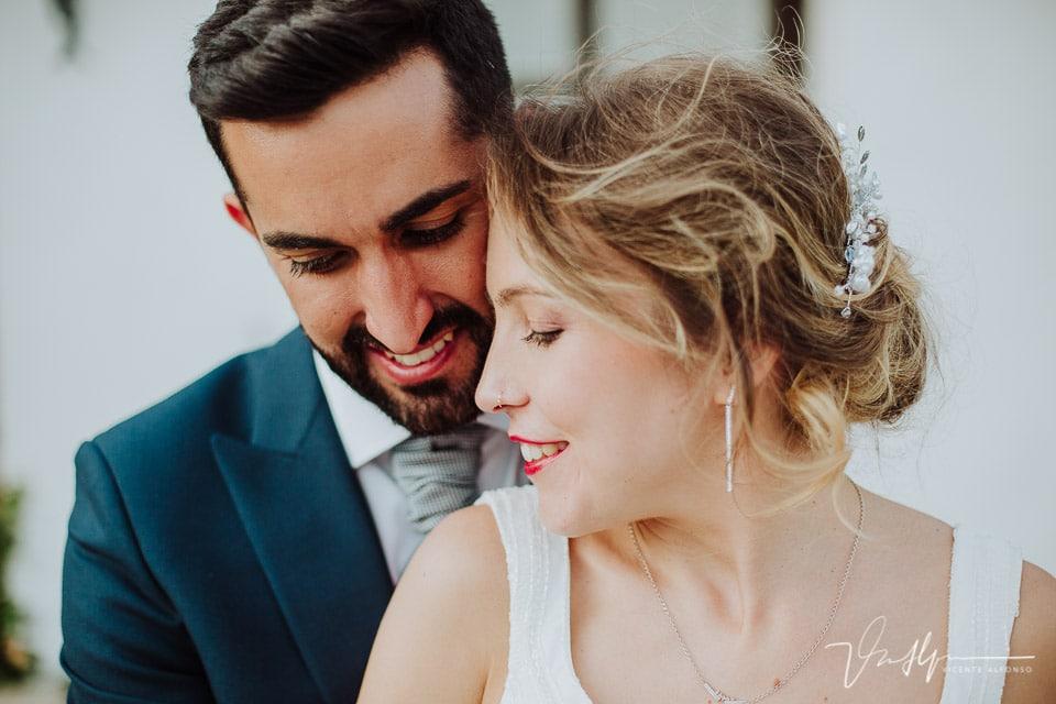 Momento cariñoso entre novios en la boda