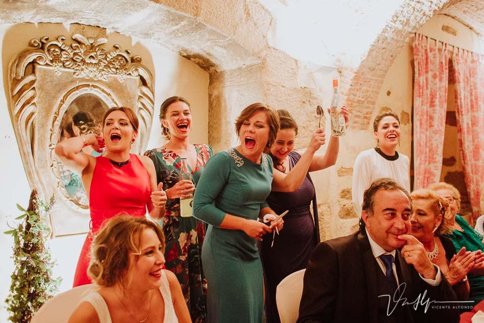 Las amigas de la novia pidiendo por mesas