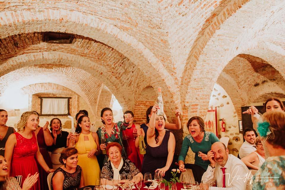 amigas de la novia brindando en las mesas