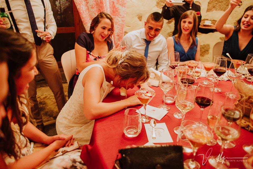 Novia bebiendo chupitos en el banquete