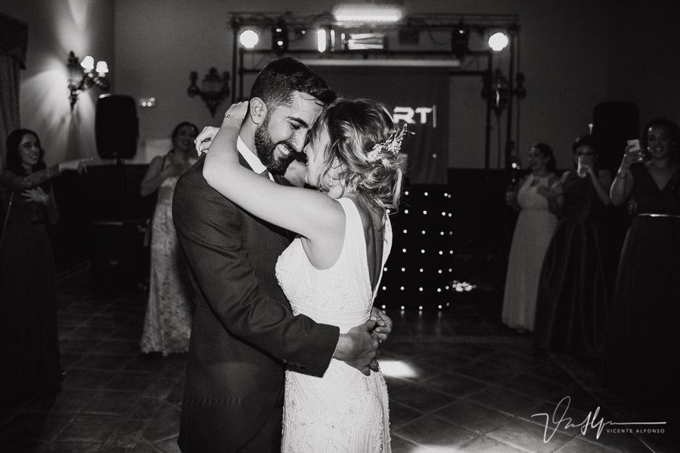 Abrazo de los novios durante el baile