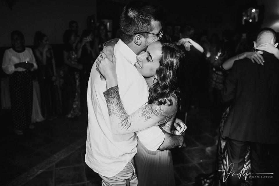 hermana de la novia bailando con su novio