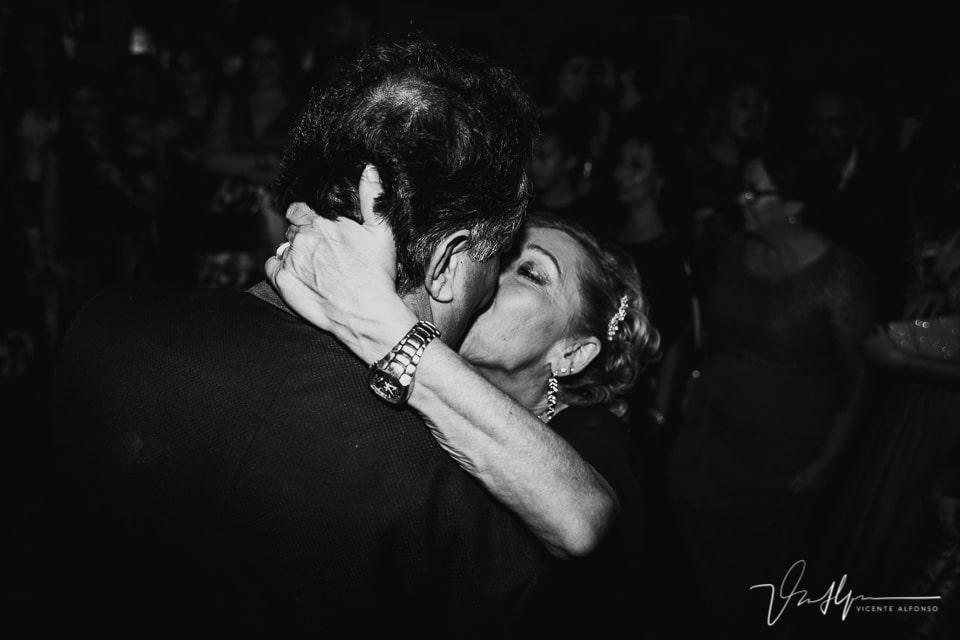 los padres de la novia besándose