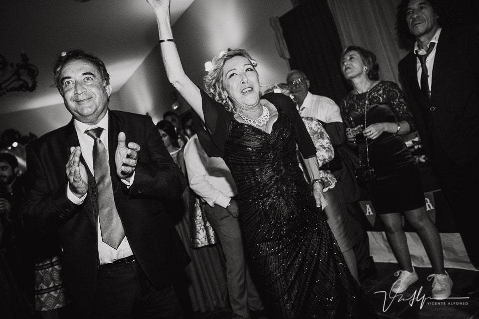 los padres de la novia bailando