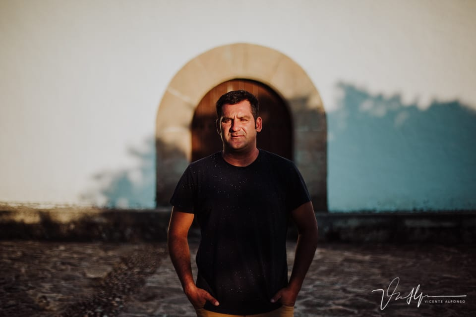 Retrato hombre delante de una puerta de convento