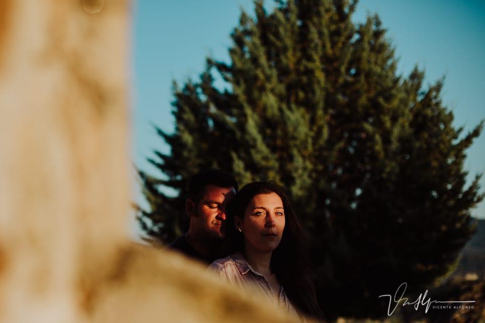 pareja mirando al sol en exteriores