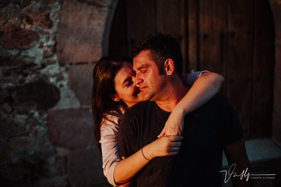 Pareja abrazada delante de un convento