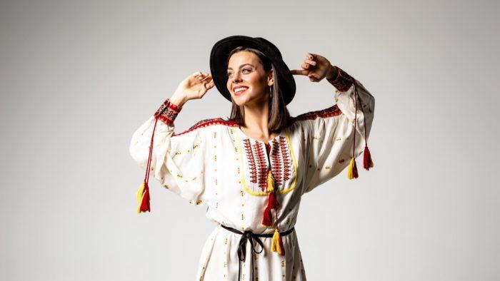 Portada estudio actriz Clara Alvarado sonriendo