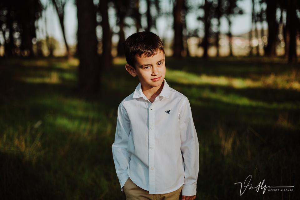 Niño de 5 años fotografiado en un pinar