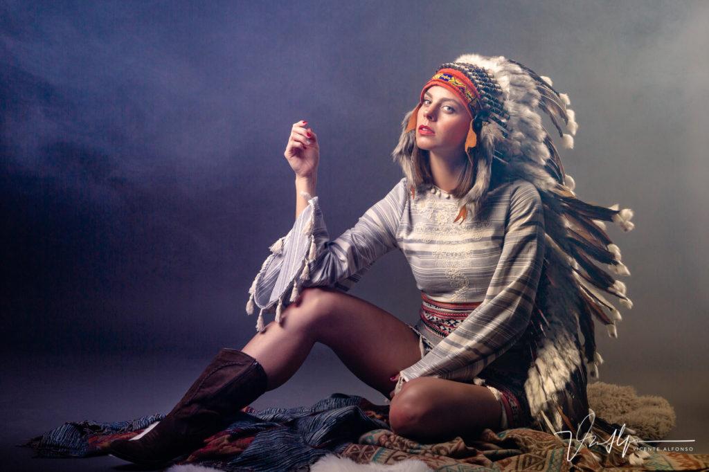 Clara Alvarado posando de India en el estudio del fotógrafo Vicente Alfonso