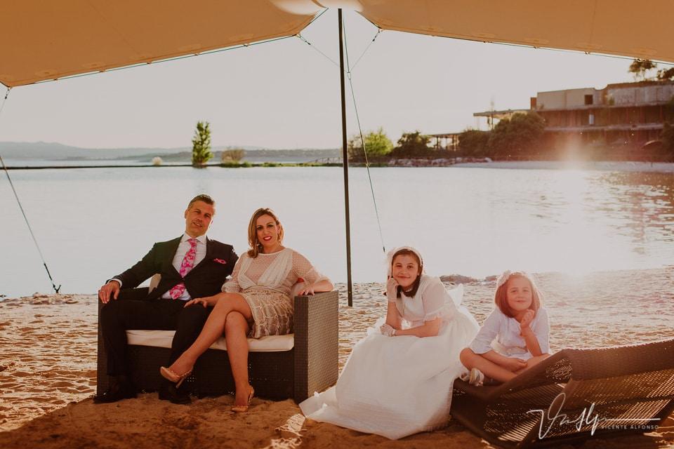 Familia el día de comunión en la playa del Hotel Vincci Valdecañas golf