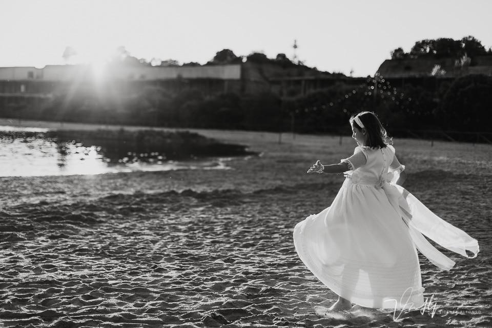 Niña vestida de comunión bailando en la playa artificial del Hotel Vincci Valdecañas