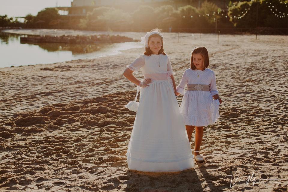 Hermanas vestidas de comunión en la playa artificial del Hotel Vincci Valdecañas