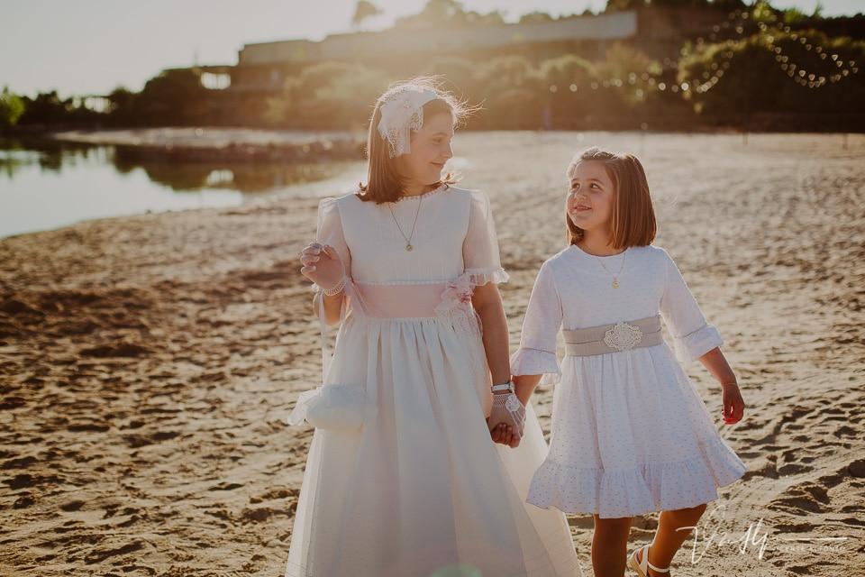 hermanas andando de la mano en la playa artificial del Hotel Vincci Valdecañas
