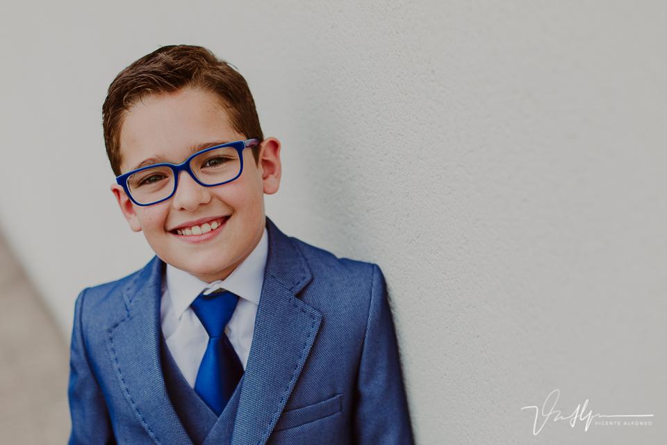 Retrato de niño de comunión en exteriores