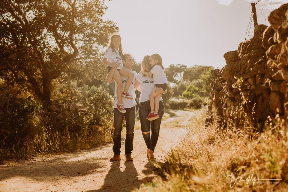 Familia andando con sus hijas cogidas
