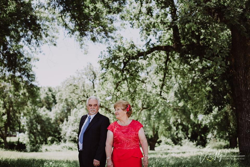 Pareja de abuelos en un reportaje de fotos
