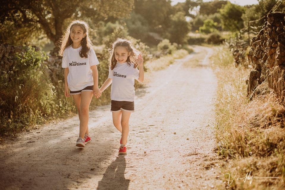 Hermanas andando por un sendero al atardecer