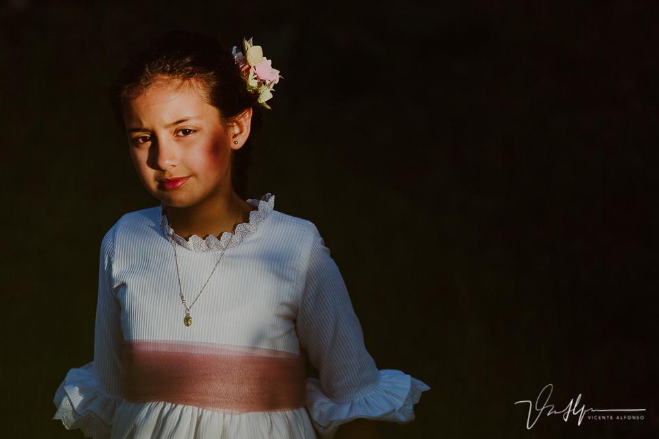 Retrato claro oscuro de niña de comunión
